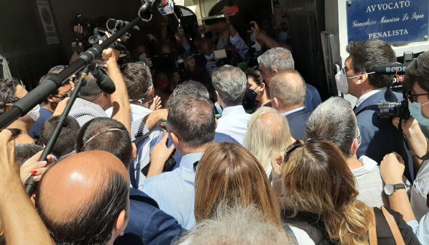 Gomitate e insulti sessisti all'incontro con Giorgia Meloni a Napoli, la denuncia dell'ordine dei giornalisti