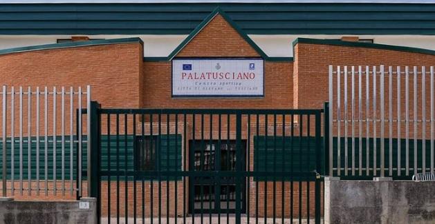 Non rispetta le norme anti covid, viene richiamato e aggredisce l'inserviente del Palatusciano a Olevano