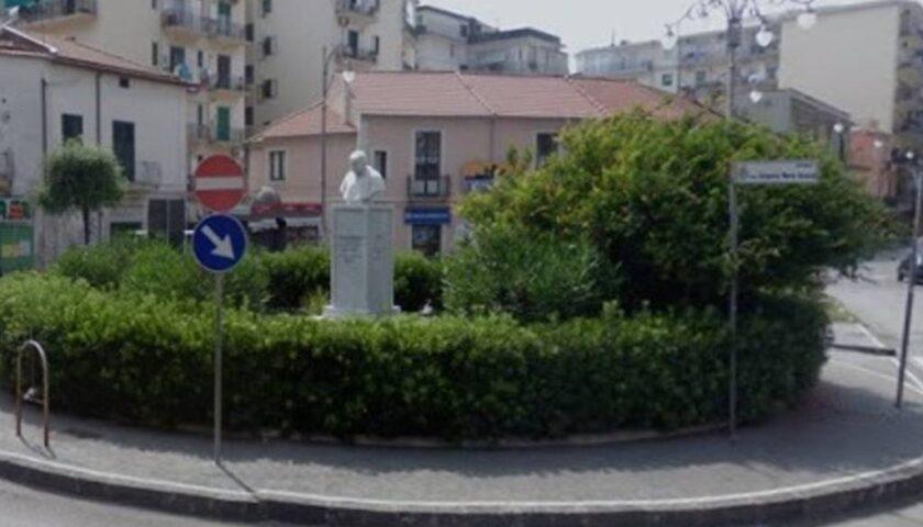 Raptus di follia a Mercatello, uomo inveisce contro il busto di Monsignor Grasso