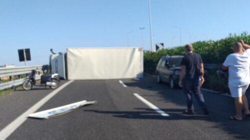 Camion si ribalta sulla tangenziale, traffico in tilt