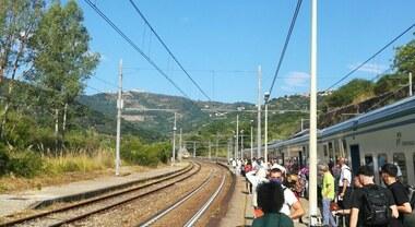 Guasto al treno verso il Cilento, tutti a piedi
