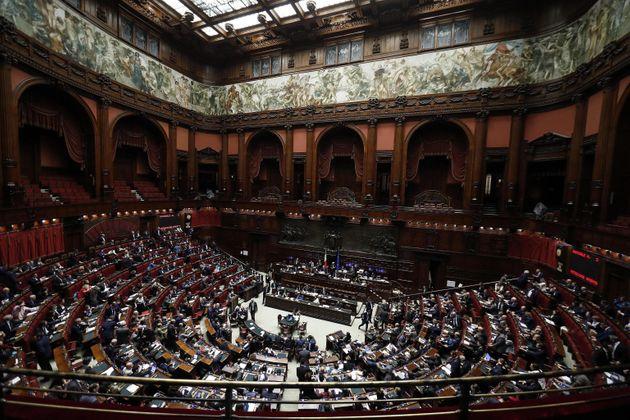 Soldi da deputati non sufficienti, 5 onorevoli chiedono il bonus da mille euro