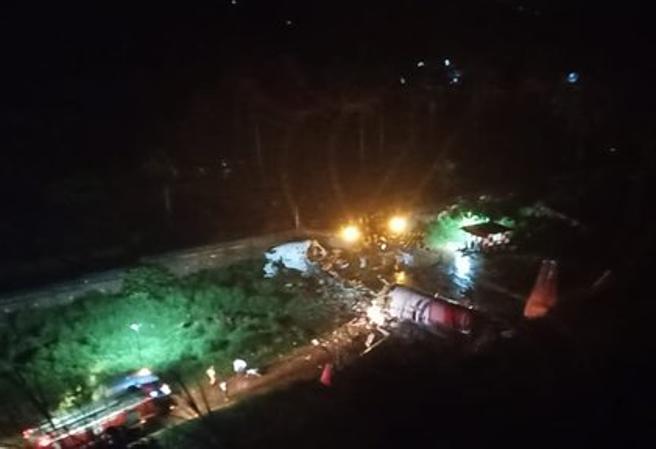 Boeing 737 da Dubai si schianta in atterraggio nel Kerala: diversi morti