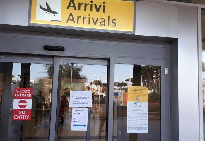 Aeroporto di Capodichino, chiusa l'area arrivi: si attende fuori dall'aerostazione
