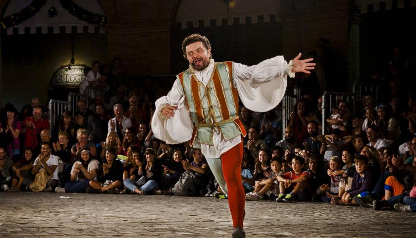 Al teatro dei Barbuti domani arriva il Giullar Cortese con Gianluca Foresi
