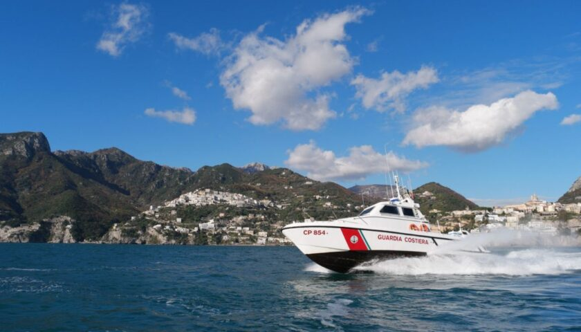 Scario – barca in fiamme, salvate 5 persone