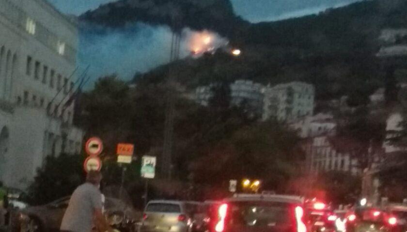 Incendio a Canalone, traffico in filt: caccia al piromane