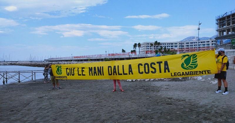 """Blitz di Legambiente sulla spiaggia di Santa Teresa: """"Giù le mani dalla Costa, in Campania molte opere abusive non vengono demolite"""""""