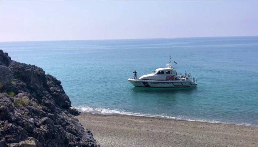 Foce Mingardo, affollamento di turisti e natanti in mare nonostante il divieto: arriva la denuncia