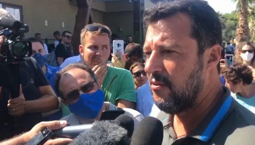 Salvini, a Torre del Greco fischi e pomodori: il comizio dura 5 minuti