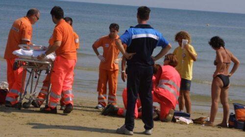 Tragedia in spiaggia Torrione, si accascia e muore: choc tra i bagnanti