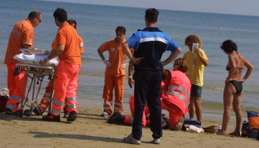 Malore in acqua per turista a Pontecagnano, salvato dai bagnanti