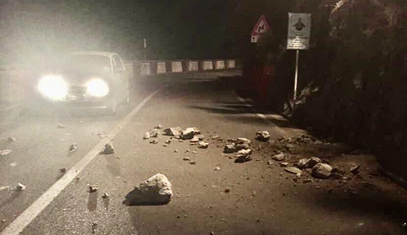 Amalfi, nuovo distacco da costone del Luna Rossa: pietre sulla strada nella notte