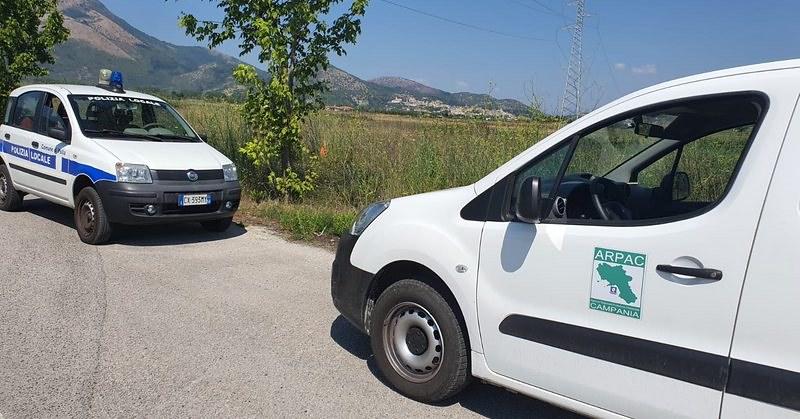 Dopo l'incendio, nella zona industriale di Polla sono arrivati i tecnici dell'Arpac