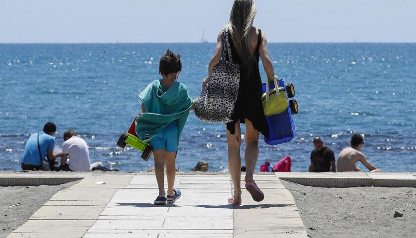 A Meta di Sorrento da oggi mascherina in spiaggia per spostarsi da un ombrellone all'altro