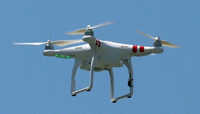 Drone di fotografo vola basso e colpisce sposa alla testa