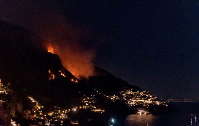 Incendio in Costiera amalfitana, chiusa la Strada Statale 163