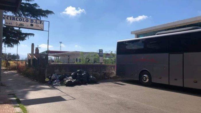 Sacchi neri davanti al dopo lavoro ferroviario a Battipaglia, l'ira della sindaca
