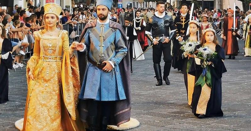 """Teggiano, il covid ferma la """"Principessa Costanza"""" dopo 26 anni. Al Chiostro di San Francesco allestita una mostra"""