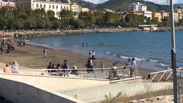 """Mare sporco a Salerno, Dante Santoro: """"Ripuliamo spiagge a Ferragosto con la gente"""""""