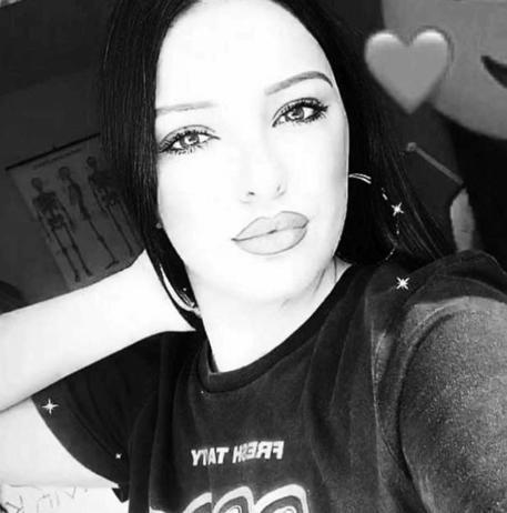 Sperona la sorella che ha una relazione con un trans, muore 22enne