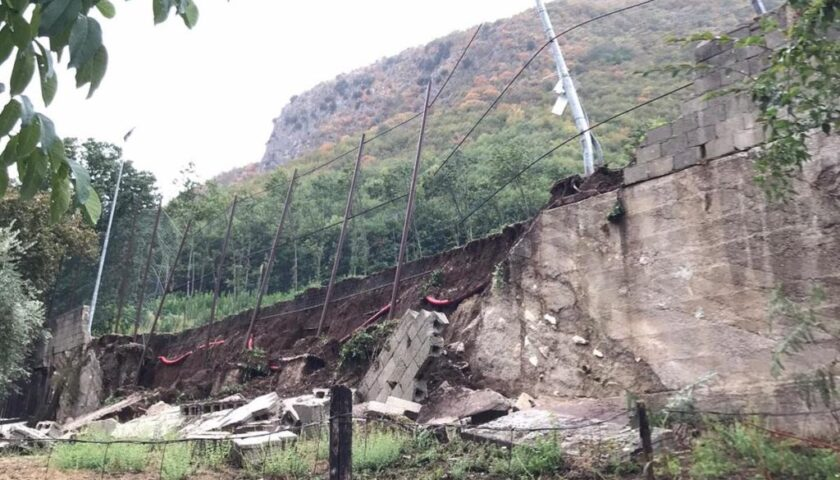 Maltempo, crolla il muro del campo sportivo di Teggiano