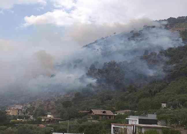 Incendio a Sarno, in azione vigili del fuoco e protezione civile