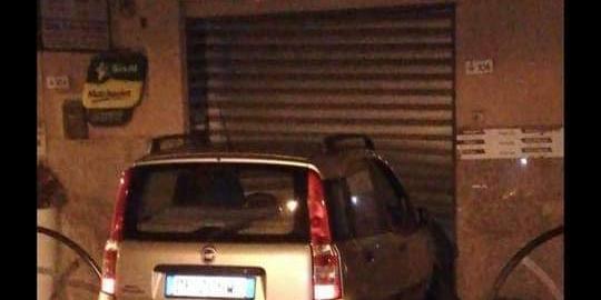 Omignano, auto sbanda nella notte e finisce contro un bar