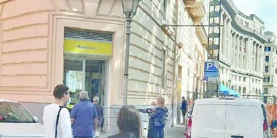 Poste in bilico sul lungomare Trieste a Salerno,
