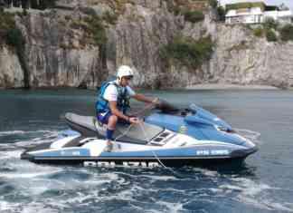 Polizia sequestra rete galleggiante a Marina d'Albori