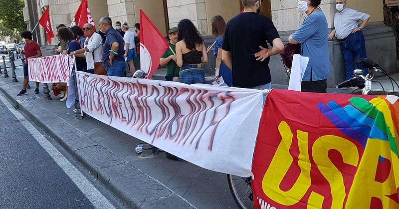 Protesta dei precari sotto Palazzo di Città a Salerno: in 200 chiedono assunzione al Comune