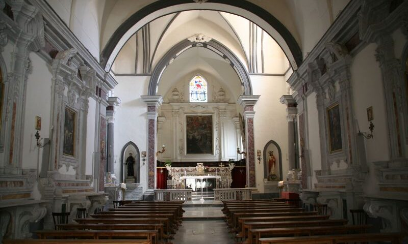 Entra nudo in Chiesa a Ravello, danneggia portafiori e si mette a cantare 'O sole mio: 48enne di Aversa denunciato