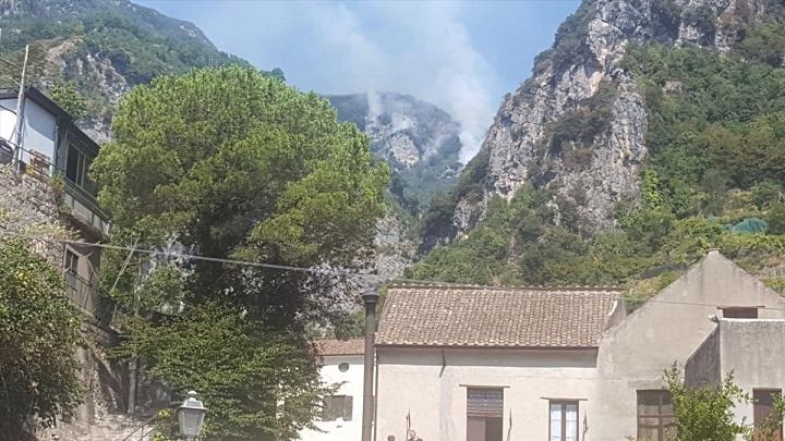 Nuovo incendio in costiera amalfitana: bruciano i monti di Scala