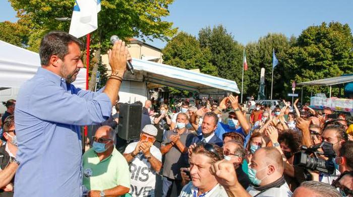 Rosario strappato a Salvini nel tour in Toscana, gli era stato donato da un parroco di Cava de' Tirreni