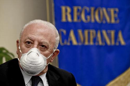 "Assmbramenti in Campania, De Luca:"" Le mascherine bisogna tenerle anche quando si dorme"""