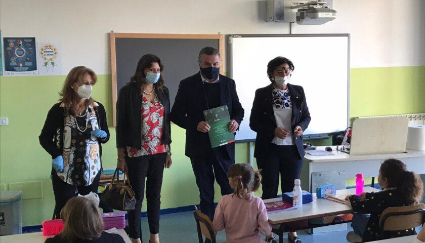Capacco/Paestum: il sindaco Franco Alfieri dona copia della Costituzione agli alunni