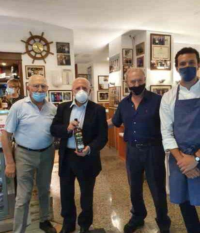 """De Luca festeggia con i figli la vittoria alle regionali da """"Mimì alla Ferrovia"""" a Napoli"""