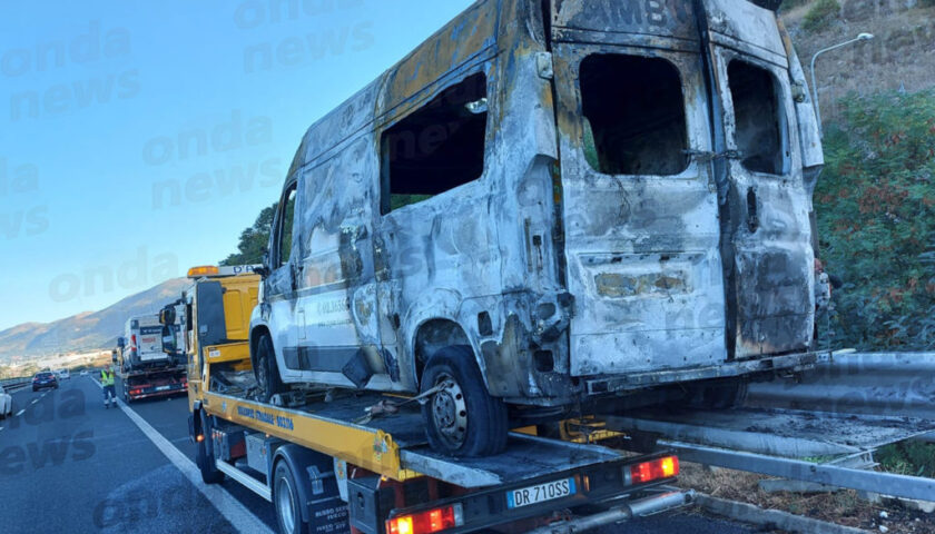 Nel Vallo di Diano ambulanza prende fuoco in autostrada con paziente a bordo