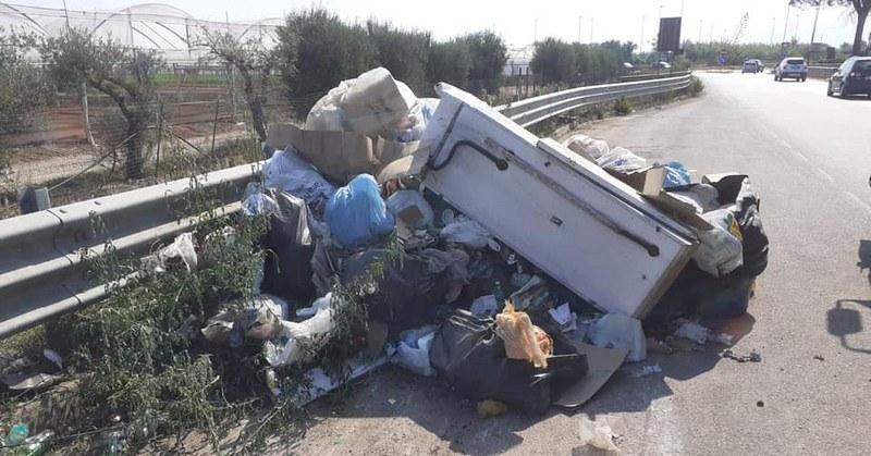 Battipaglia, bonificata la strada provinciale Aversana: trovato anche un frigorifero
