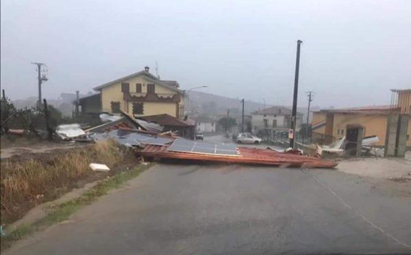 A Roccadaspide il vento trascina in strada il tetto di una scuola