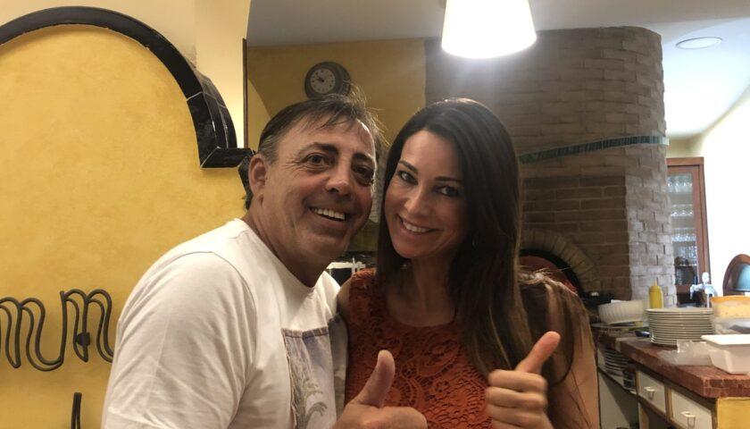 Vacanze in Costiera Amalfitana per Manuela Arcuri. Cena a Maiori con Enzo Mammato