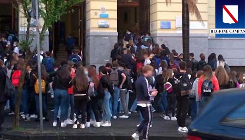 """Salerno, assembramento di studenti davanti scuola. De Luca: """"Facendo così i contagi aumenteranno"""""""