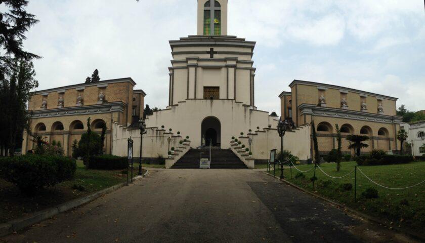 Raffiche di vento a Salerno, domani resta chiuso il cimitero di Brignano