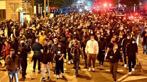 Caos e tensione a Napoli per il coprifuoco: volano bombe carte contro le forze dell'ordine