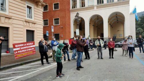"""Docenti, famiglie e alunni stamani in piazza Amendola a Salerno: """"Scuole da riaprire"""""""