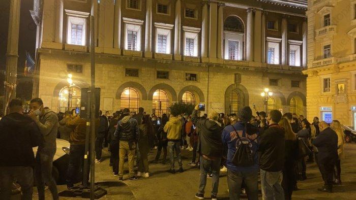 Protesta con banchetto dei commercianti in piazza Amendola a Salerno, arriva la polizia