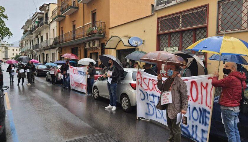 Villa dei Fiori, protesta davanti al distretto Sanitario 60 con il neo sindaco di Pagani De Prisco