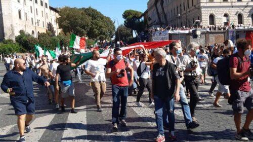 """Negazionisti del covid in piazza a Roma, Piero De Luca: """"Puniteli"""""""