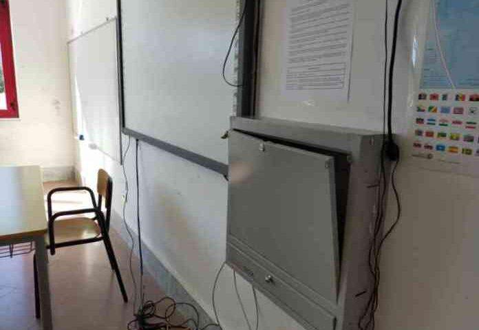 Scuole nel mirino a Salerno, portati via 20 computer dal Liceo Severi