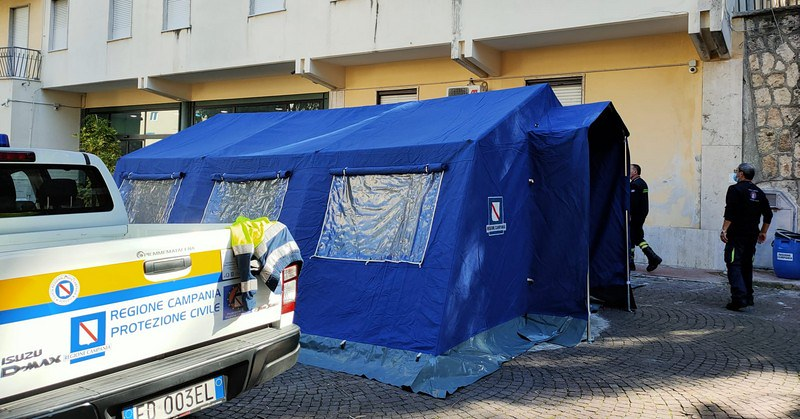 Covid 19, montata una tenda sanitaria per il triage davanti alla Clinica Villa del Sole a Salerno